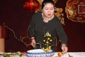 中国著名插花艺术家姜波现场表演了中国传统插花艺术