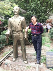 """【1】作者:董雪昌与""""中国铁路之父""""——詹天佑 铜像。"""