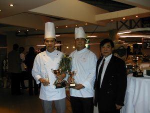 中国烹饪大师陈惠荣(右)与荷华名厨合影