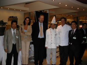 荷兰中餐业代表团成员与皇家饮食业公会领导合影